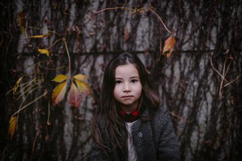 Portrait of little girl in autumn - OGF00051