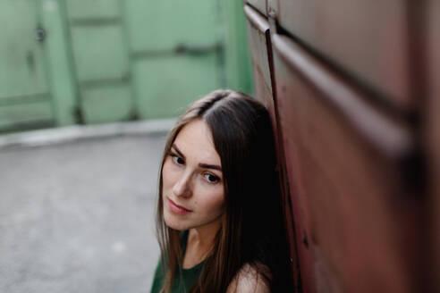 Russland, Ulyanovsk, junge Frau stehend an der Wand - OGF00063