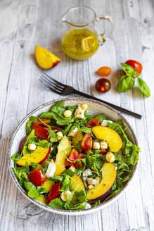 frischer Sommersalat mit Rucola, Nektarinen, Tomaten, Mozzarella, Käse-Pops (gepuffter Gouda). Basilikum, Essig-Öl-Dressing, Diät, low carb - SARF04333