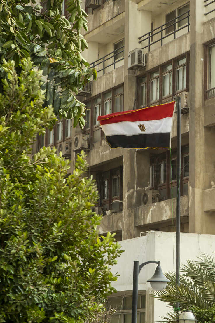 Low angle view of Egyptian flag against building - NGF00516 - Nadine Ginzel/Westend61