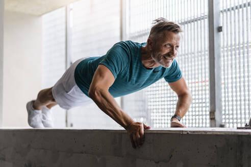 Sporty man making pushups - DIGF07534