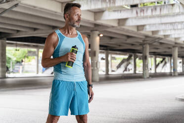 Sporty man with drinking bottle - DIGF07537