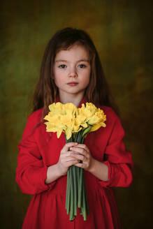 Deutschland, Köln, im Studio, Mädchen mit den Blumen - OGF00074