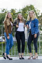 Group picture of three blond young women - STSF02127