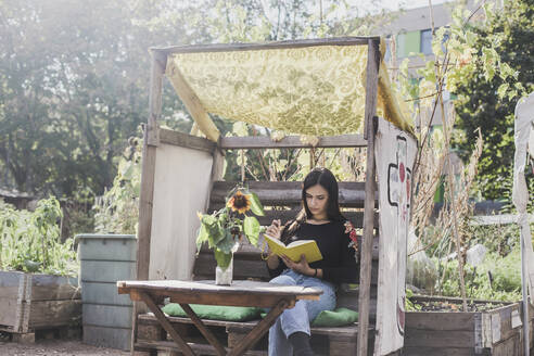 Young woman relaxing in urban garden - VGPF00057