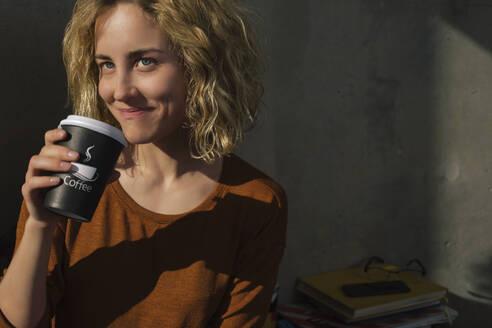 Stundentin trinkt Kaffee, Wohnung, Deutschland, Berlin, Studentin im WG-Zimmer - GCF00270