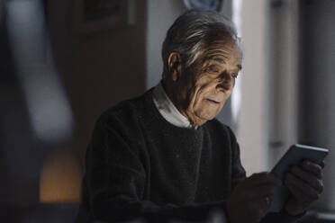 Senior man using tablet at home - GUSF02211