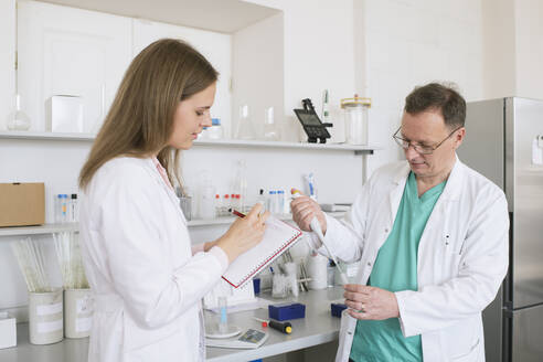 Lithuania, Vilnius, Researchers in white coats working in lab - AHSF00615