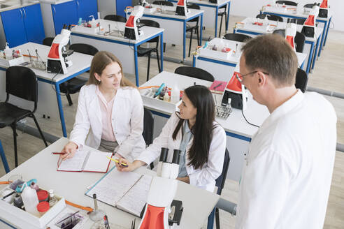 Students and teacher working in science class - AHSF00621