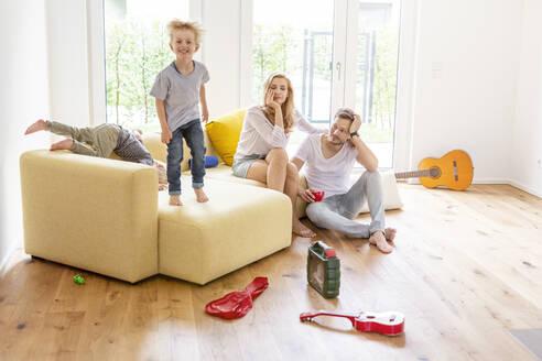 Deutschland, NRW, Köln, junge Familie im neuen Eigenheim - PESF01664