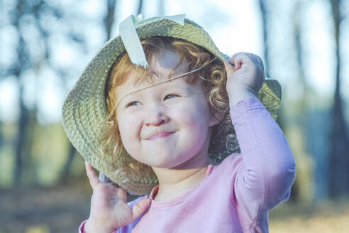 Portrait of toddler girl posing with straw hat - IHF00185