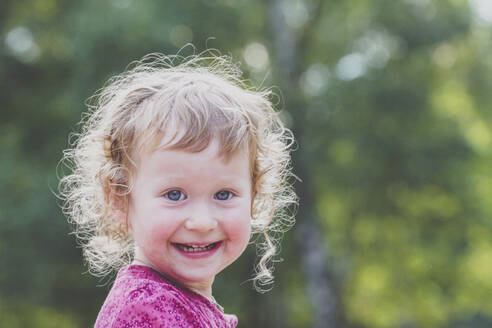 Portrait of happy toddler girl - IHF00194