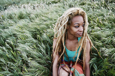 Black woman sitting in grass - BLEF11688