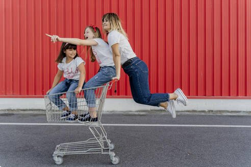 Mother with her children with shopping cart - ERRF01643