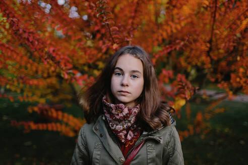 Deutschland, Köln, im Park, Portrait eines Mädchens mit dem Baum im Hintergrund - OGF00082