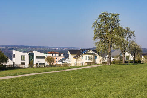 Deutschland, Baden-Württemberg, Waldenbuch, Stadt, Wohngebiet, Neubaugebiet, Neubau, Ein- und Mehrfamilienhäuser, Villen, Wiese, Bäume - WDF05353