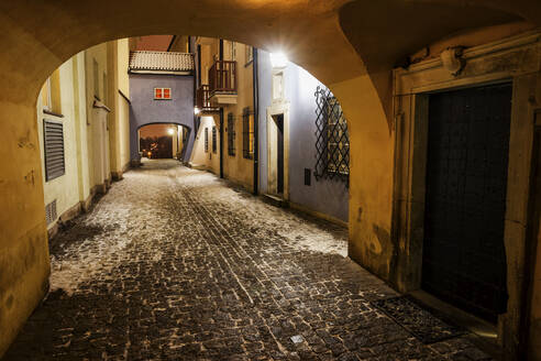 Poland, Warsaw, cobbled street on winter night in the Old Town - ABOF00418