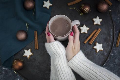 Deutschland, Bayern, Passau, Weihnachten mit Kakao - JUNF01694
