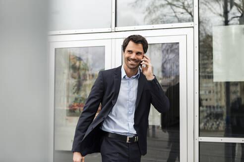 Stuttgart, Baden-Württemberg, Deutschland, erwachsener Mann Lifestyle Business Outfit im Freien - JUNF01710