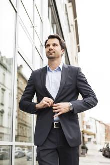 Stuttgart, Baden-Württemberg, Deutschland, erwachsener Mann Lifestyle Business Outfit im Freien - JUNF01719