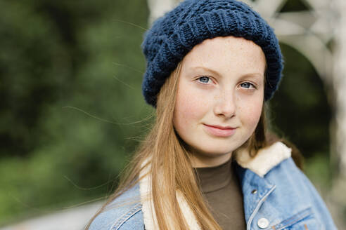 Portrait of teenage girl wearing woolly hat, looking at camera - NMS00362