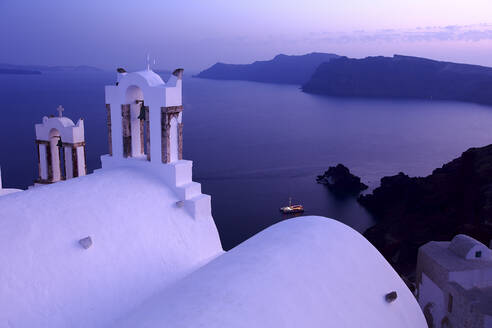 Church bell and view over the sea at dusk, Santorini, Greece - DSGF01852
