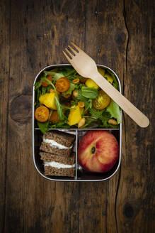 Lunchbox mit Mango-Salat (Ruccola, Spinat u.a. mit Mango und geröstetet Erdnüssen), Roggensaftbrot mit Frischkäse, Platt-Pfirsich - LVF08216