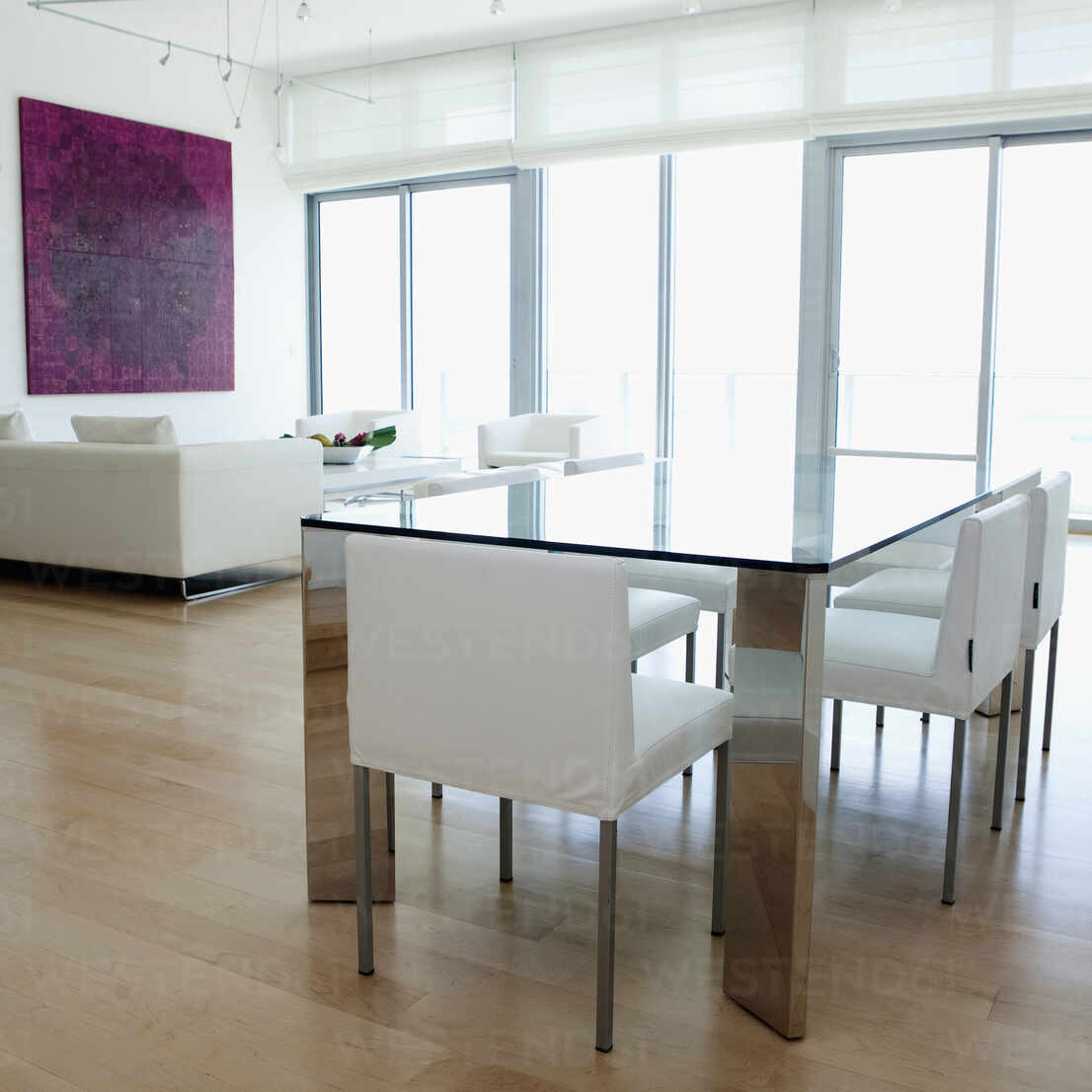 Dining table, chairs and sofa in modern living space – Stockphoto