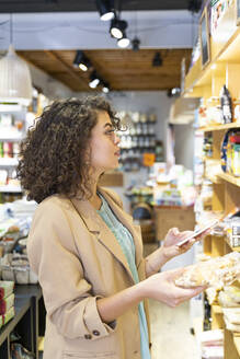 Young woman shopping in a food shop - AFVF03606