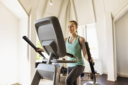 Fitnessstudio, Deutschland, Göppingen, junge Frau beim Cardio-Training im Fitnesstudio, Die In Shape Göppingen GmbH darf als Gegenleistung für die Bereitstellung der Location die Bilder für eigene Werbezwecke nutzen. - SEBF00135