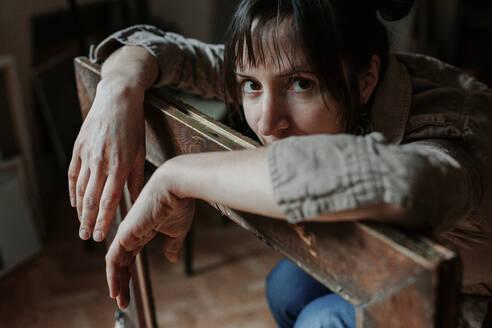Deutschland, Bonn, im Studio einer Künstlerin, Portrait einer Künstlerin mit Blick in die Kamera - OGF00106