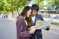 Tourist couple looking at map. Barcelona, Spain - GEMF03043
