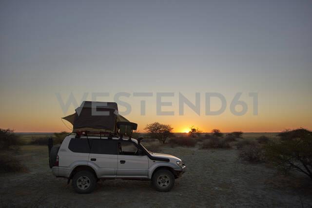 Overlanding against clear sky during sunset. Makgadikgadi Pans, Botswana. - VEGF00444 - Veam/Westend61