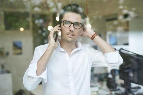 Portrait of businessman on the phone - PNEF01796