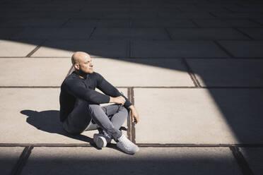 Man having a break sitting at sunlight - KNSF06214