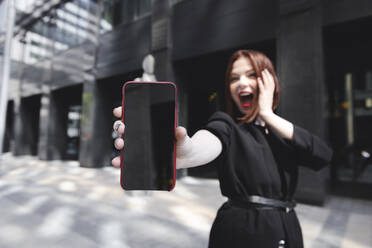 Stylish woman taking selfies in the city - EYAF00384