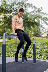 thlete training on bars in the city - MAUF02738