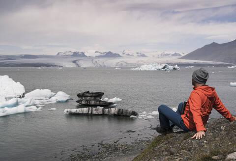 Mature man watching Vatnajokull glacier, Iceland - UUF18713