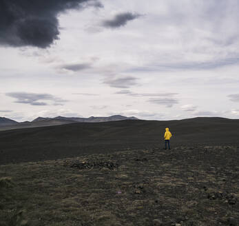 Mature man standing in Icelandic Highlands - UUF18743