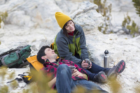 Couple sharing coffee on rock formations - BLEF14331
