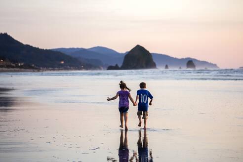 Caucasian children walking on beach - BLEF14352