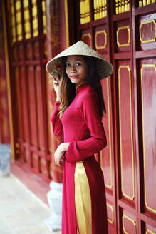 Vietnamese woman in traditional Ao dai dress and Non la conical hat, Hanoi, Vietnam, Indochina, Southeast Asia, Asia - RHPLF01382