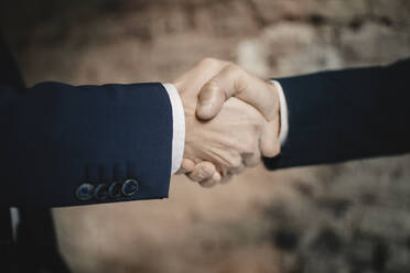 Close-up of two businessmen shaking hands - GUSF02402