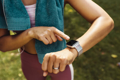 Sporty woman's arm with smartwatch - MFF04855