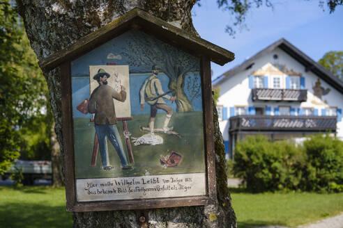 Bild mit Darstellung von Maler Wilhelm Leibl, dahinter sein ehemaliges Wohnhaus, Schondorf am Ammersee, Fuenfseenland, Oberbayern, Bayern, Deutschland - SIEF08906