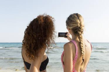 Best friends taking a selfie at the beach - JPTF00255