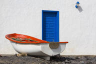 Small boat and traditional house at Playa Pozo Negro on the volcanic island of Fuerteventura, Canary Islands, Spain, Atlantic, Europe - RHPLF03924