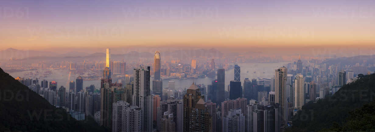 Hong Kong skyline at sunset, with a beautiful view of the Central CBD, Victoria Harbour, Kowloon cityscape, Hong Kong, China, Asia - RHPLF04521 - RHPL/Westend61