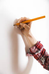 Woman marking with pencil on a wall - RTBF01346