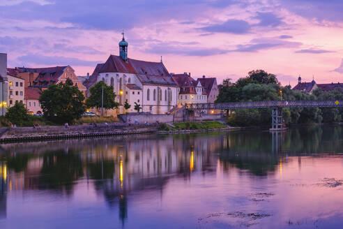 Kirche St. Oswald und Eiserner Steg �ber Donau bei Abendd�mmerung, Regensburg, Oberpfalz, Bayern, Deutschland - SIEF08927